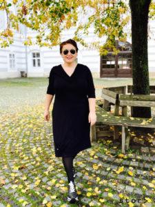 Schwarzes Kleid in großer Größe findest du im stor> Wien.