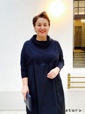 schwarzes Kleid für ihren eleganten coolen Auftritt.
