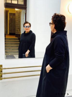 Schwarzes Kleid in Größe 44 von stor> in der Strozzigasse 38, 1080 Wien.