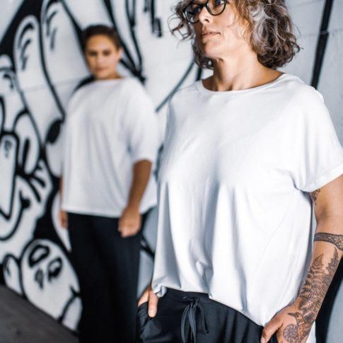 Plus Size Mode aus Wien in Größe 44: Hier finden Sie coole T-Shirts in Übergrößen für Frauen.