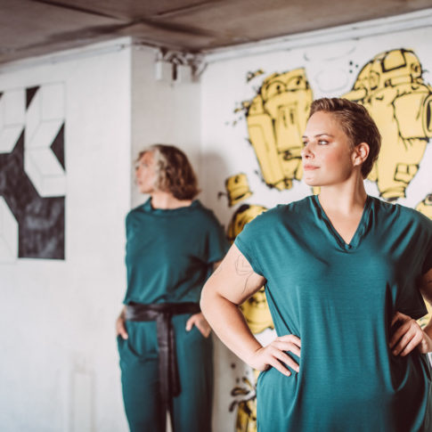 Damenmode aus Wien in gedeckten Farben gibt es bei stor. Die coole Mode ist in den Größen 42 bis 54 erhältlich.