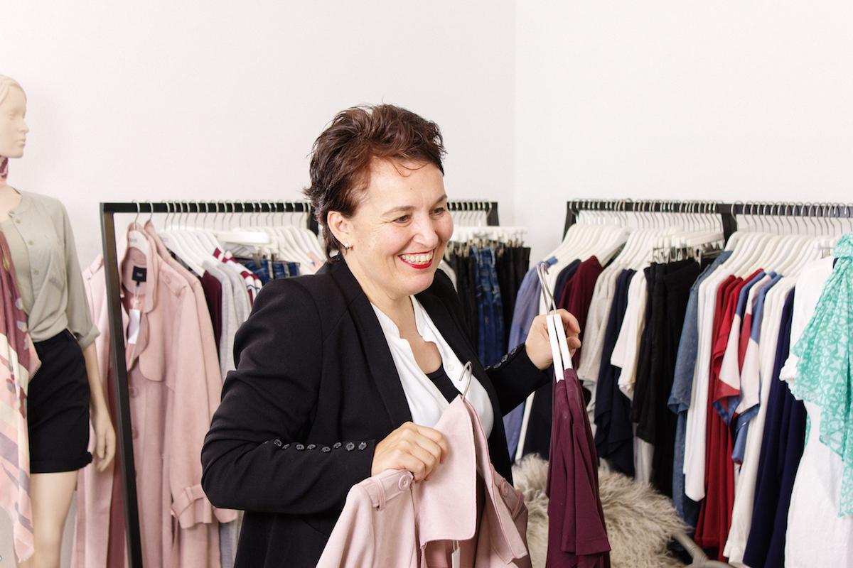 Die Wiener Schneidermeisterin Gabriele Wally bietet Personal Shopping für Frauen mit Übergröße in Wien in ihrem stor> an.
