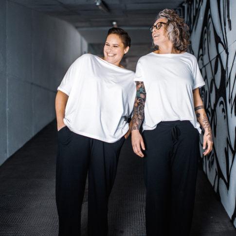 Weißes T-Shirt und weich fallende schwarze Hose - so bequem ist Curvy Mode aus Wien von stor.