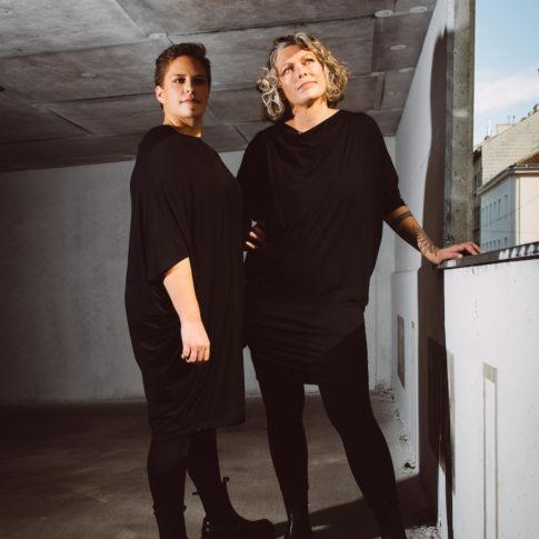 Modische Kleidung in Übergröße ist für Gabriele Wally aus Wien ganz selbstverständlich. Sie entwirft Plus Size Mode mit Stil.
