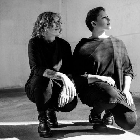 Die Curvy Fashion Models Nina und Simone tragen aktuelle Stücke aus der fair produzierten stor> Plus Size Kollektion für Frauen.
