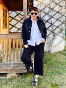 Plus Size Mode cool kombinieren: eine lässige schwarze Jeansjacke weiße Bluse und eine schwarze Jeans Culotte ergeben einen modernen Look.