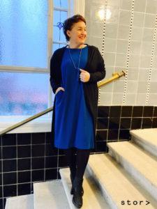 Ein petrolfärbiges Jerseykleid in gerader Schnittform in großen Größen.