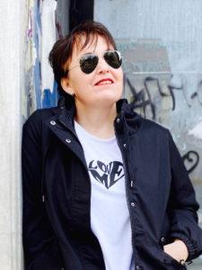 Diese weiße Statement-Shirt gibt es im Plus Size Fashion Store stor> in Wien im 8. Bezirk.