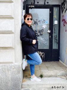 Zur schwarzen Cotton-Jacke passt eine Skinny-Jeans mit ausgefranster Länge perfekt dazu. Ein lässiger Curvy-Look.