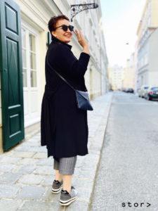 Trenchcoat in schwarz mit langen Seitenschlitzen kann auch als Kleid getragen werden. Am Bild in Größe 44 abgebildet.