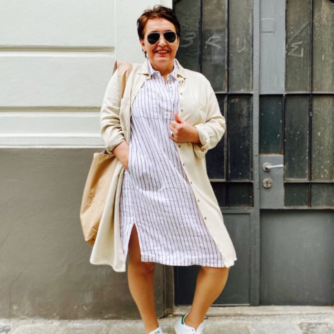 Plus Size Leinenkleider in Wien von stor>. Hier sehen sie einen weißes Hemdblusenkleid mit braunen Streifen.