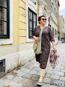 Schöne und moderne Leinenkleider in großen Größen finden sie bei stor in Wien.