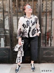 Modische Looks in Übergröße von stor Wien. Schwarz weiß gemusterte Baumwoll-Bluse in Kombination mit schwarzer Hose.