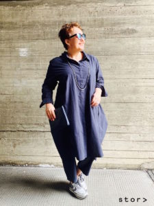 Lässige und moderne Mode in großen Größen findest du bei stor> in Wien. Hier sehen sie ein modisches Baumwollkleid in mitternachtsblau in Hemdblusenform mit dazu passender Hose.