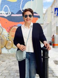 Coole Plus Size Fashion Outfits von storstore in Wien. Leichter Jerseycardigan mit weißer Bluse.