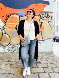 Lässige Mode in großen Größen von stor> Wien. Schwarzer Cardigan mit Jeans und weißer Bluse.
