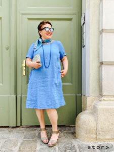 Dieses schöne Leinenkleid in leichter A-Linier finden sie bei stor> in den Größen 42 bis 50.