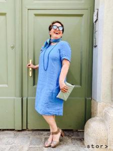 Leinenkleider in großen Größen gibt es bei stor>. Hier sehen sie ein blaues Kleid in A-Linie in der Größe 44.