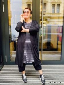 Lässiges Streifenkleid in schwarz/weiß mit Taschen von stor>, der coolste Plussizestore in Wien.