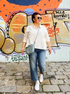 Jeansculotte in großen Größen mit weißer Bluse von stor> Wien.