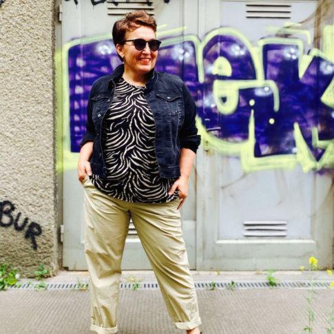 Ein modisches Outfit mit Jeansjacke und leichter Baumwollhose in Größe 44 von stor> Wien.