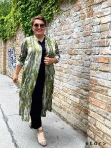 Lässige plus size Fashion in den Größen 42 bis 52 finden sie bei stor in Wien.