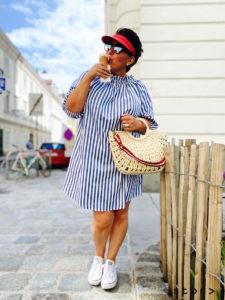 Dieses schöne blau/weiß gestreifte Baumwoll-Sommerkleid finden sie bei stor> in der Strozzigasse 38 in Wien.