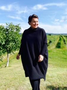 Modische Outfits in großen Größen von stor> in Wien Josefstadt. Hier sehen sie ein schwarzes Pulloverkleid im lässigen oversize Style.